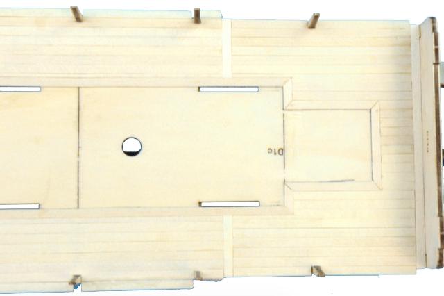 Dans cette image, comment recouvrir le pont du navire d'un kit de modélisme naval.