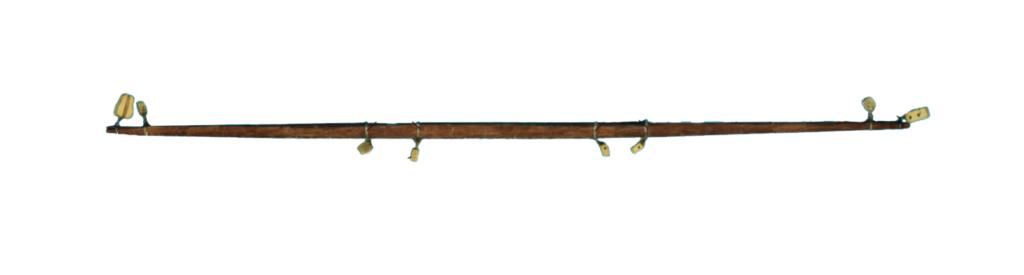 Gréement de maquette de bateau : vergues, bômes et le mât de la voile à corne.